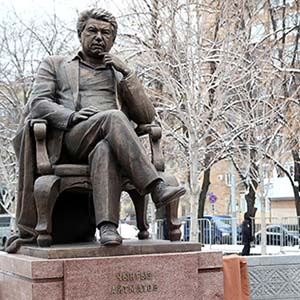 The monument to the writer Chingiz Aitmatov opened today in Moscow